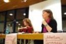 Sarah Diehl und Bettina Renfro Koordinatorin der TERRE DES FEMMES SG Rhein-Main im Gespräch mit TeilnehmerInnen der Veranstaltung am 8.09.2011